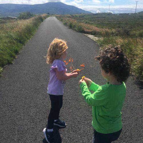 Orla Nic An Chalbhaigh agus Máirtín Ó Máille ag spaisteoiracht i Sáile, Oileán Acla, Co. Mhaigh Eo.