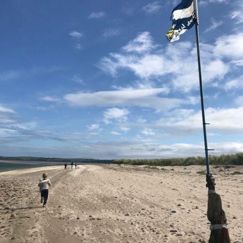 Shiúlamar amach dtí Pointe na Coise ar thalamh tirm ach tháineamar thar n-ais ar an dtráigh.